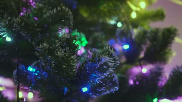 Closeup vánoční světýlka na věnec - video v pomalém pohybu