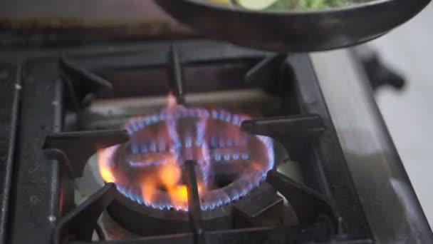Vértes konyhafőnök keze főzés friss zöldségekkel serpenyőben - video-ban lassú mozgás