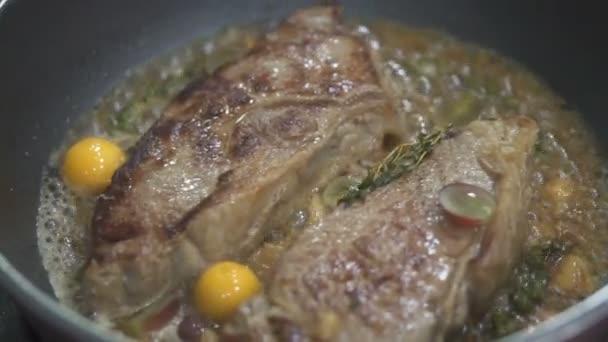 Detailní pohled na lahodné hovězí steaky pražení s kořením v pánvi