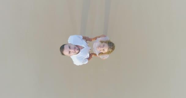 Felső drone kilátás nyílik a trópusi homokos pár mosolygó