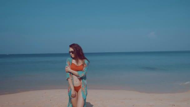 Nádherná holka na tropické pláži / krásná holka v bikinách a barevné pláže zakrýt relaxaci na slunci během letních prázdnin na tropické pláži