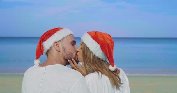 Vánoční krásná pláž pár / vánoční krásná pláž pár klobouk Santa v letním slunci v lásce Cestování dovolená na tropické destinace během zimních prázdnin
