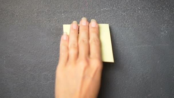 Rychlé poznámky na tabuli / detailní ženské ruční lepení otazník Poznámka kreslení na tabuli - video v pomalém pohybu