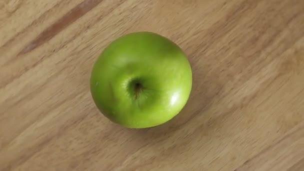 A fából készült lemez zöld alma / tetején a Nézet elforgatása a fából készült lemez finom zöld alma