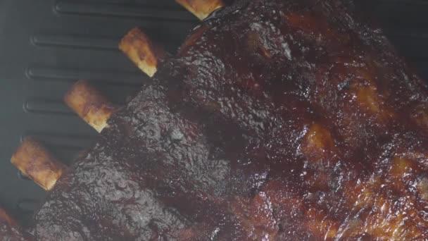 Žebra na grilu na pečení / detailní pečení náhradní žebra s kostí na grilu