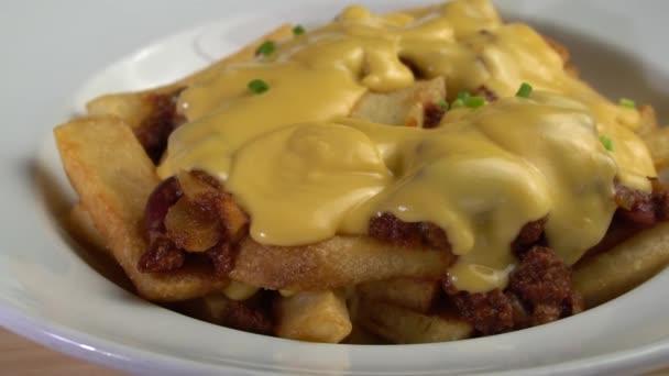 Pažitka na misky / Detailní pažitka na hranolky chilli con carne omáčka a sýr - video v pomalém pohybu