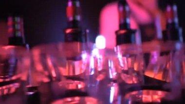 Üveg alkohol a bárban / Vértes dolly lövés palackok és az alkohol, a bárban, night Club