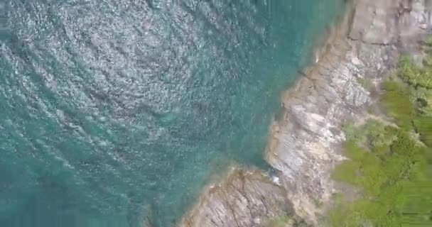 Letecký pohled na moři velké vlny na skalách z tropického ostrova / letecké DRONY pohled krásných vln a moře pobřeží útes s zelené palmy