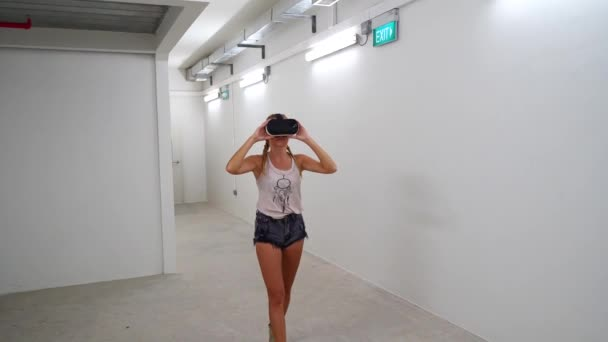 Donna con gli occhiali Vr / donna con Vr occhiali in piedi nella stanza futuristica bianca vuota