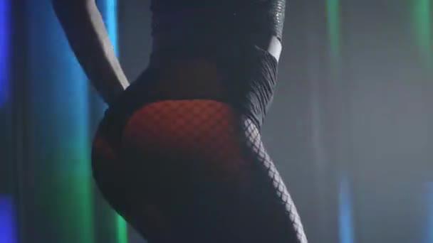 schöne Tänzerin im Nachtclub. Zeitlupe Video Teil Körper der Frau tanzen in der dunklen Nachtclub