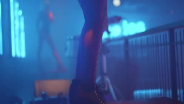 schöne Tänzerin im Nachtclub. Zeitlupenvideo Körper einer Frau, die im dunklen Nachtclub tanzt