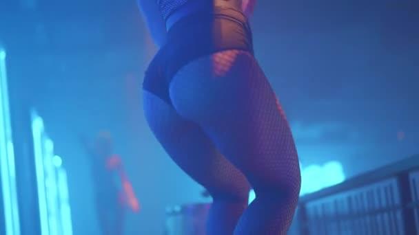 Krásná tanečnice v nočním klubu. Zpomalené video tělo ženy tančící v temném nočním klubu