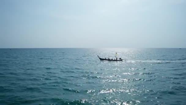 Vzdušný letoun pohled na tradiční dřevěný longtail loď v otevřeném tyrkysovém moři během slunečného letního dne