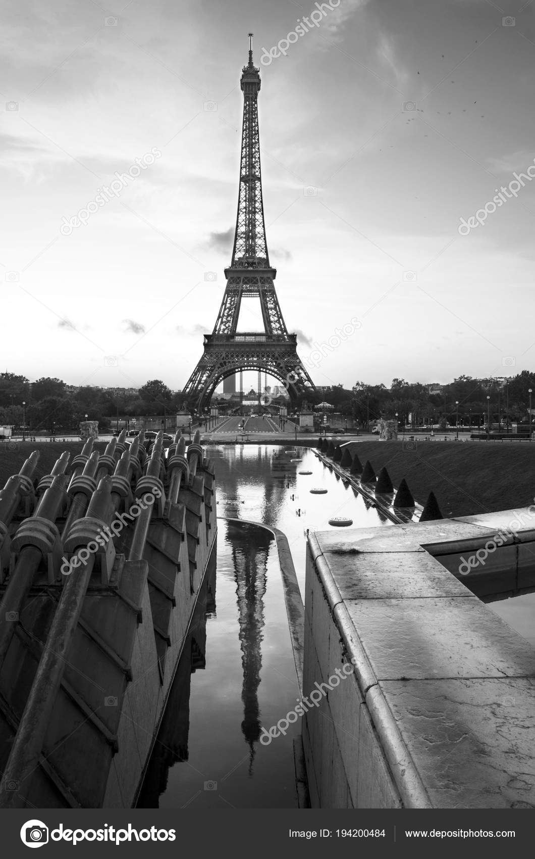 eiffel turm paris frankreich schwarz wei stockfoto albachiaraa 194200484. Black Bedroom Furniture Sets. Home Design Ideas