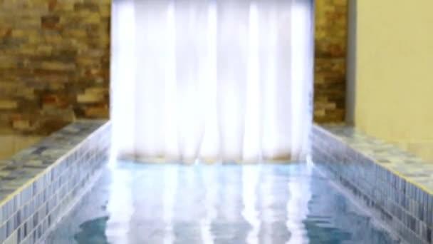 Ingresso in piscina piastrelle giù per le scale passaggi dell