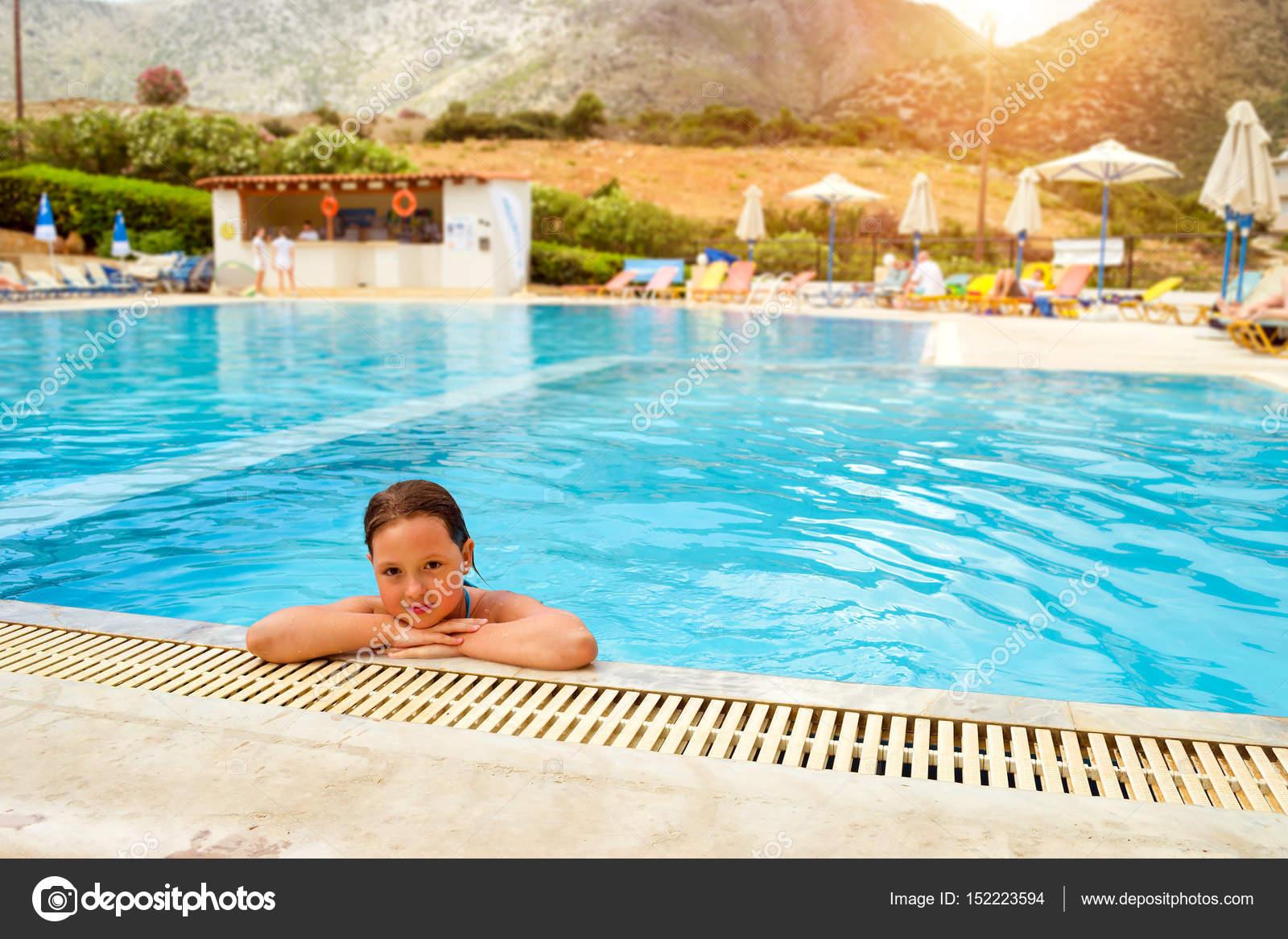Badpak Zwemmen.Meisje In Badpak Zwemmen In Zwembad Bali Kreta Stockfoto