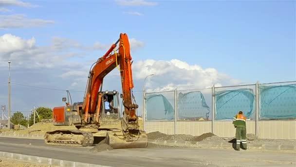 Kopání na přeložce silnice stavební bagr