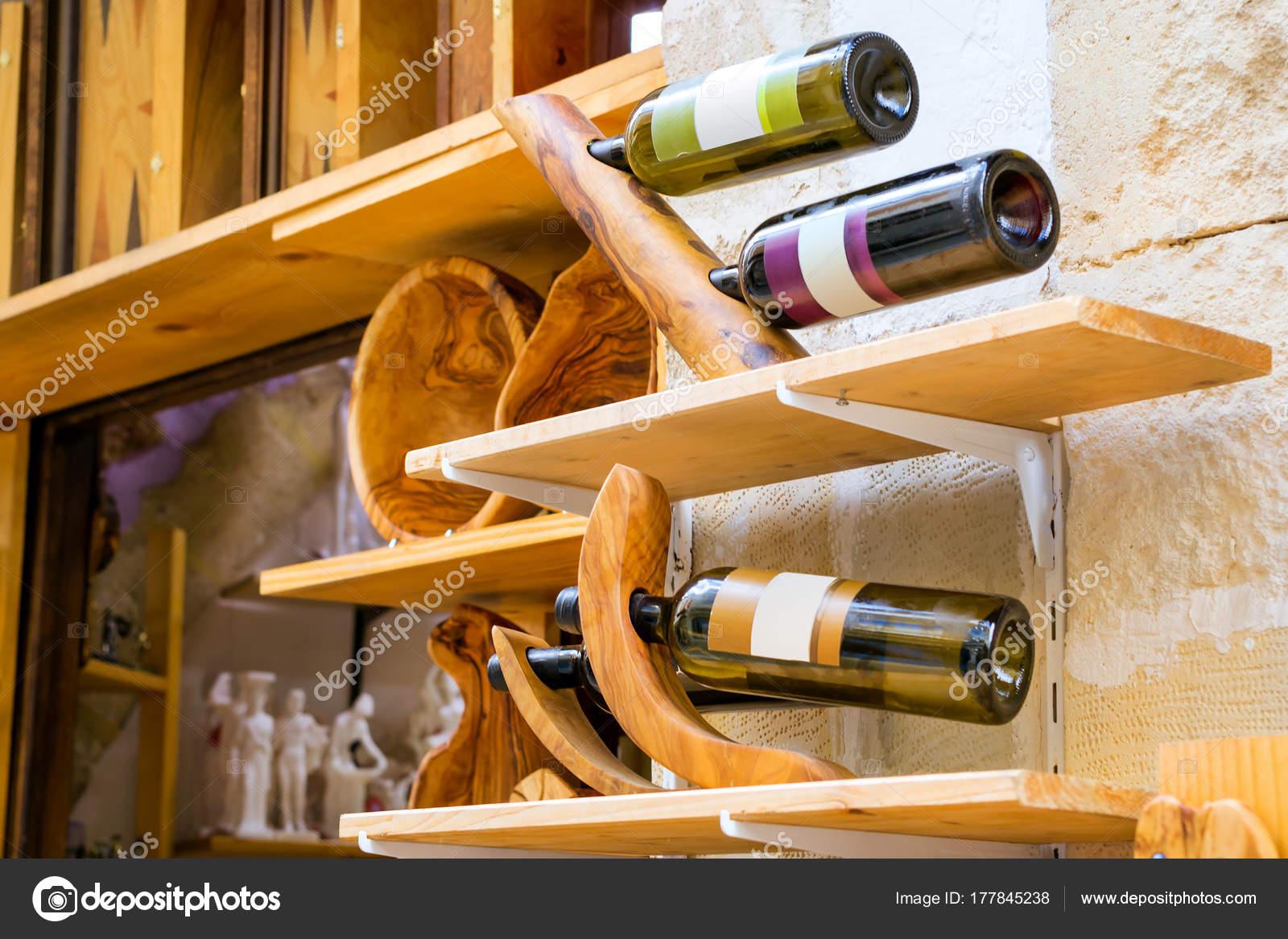 Hölzerne Halter mit Flaschen griechischen Wein, Crete — Stockfoto ...