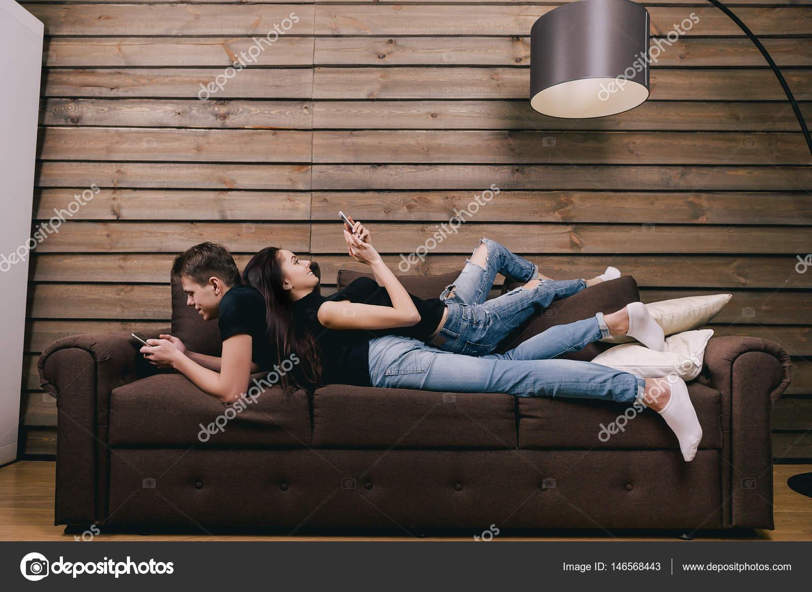 Парень девушку на животе лежа фото, домашний секс русских на вебку