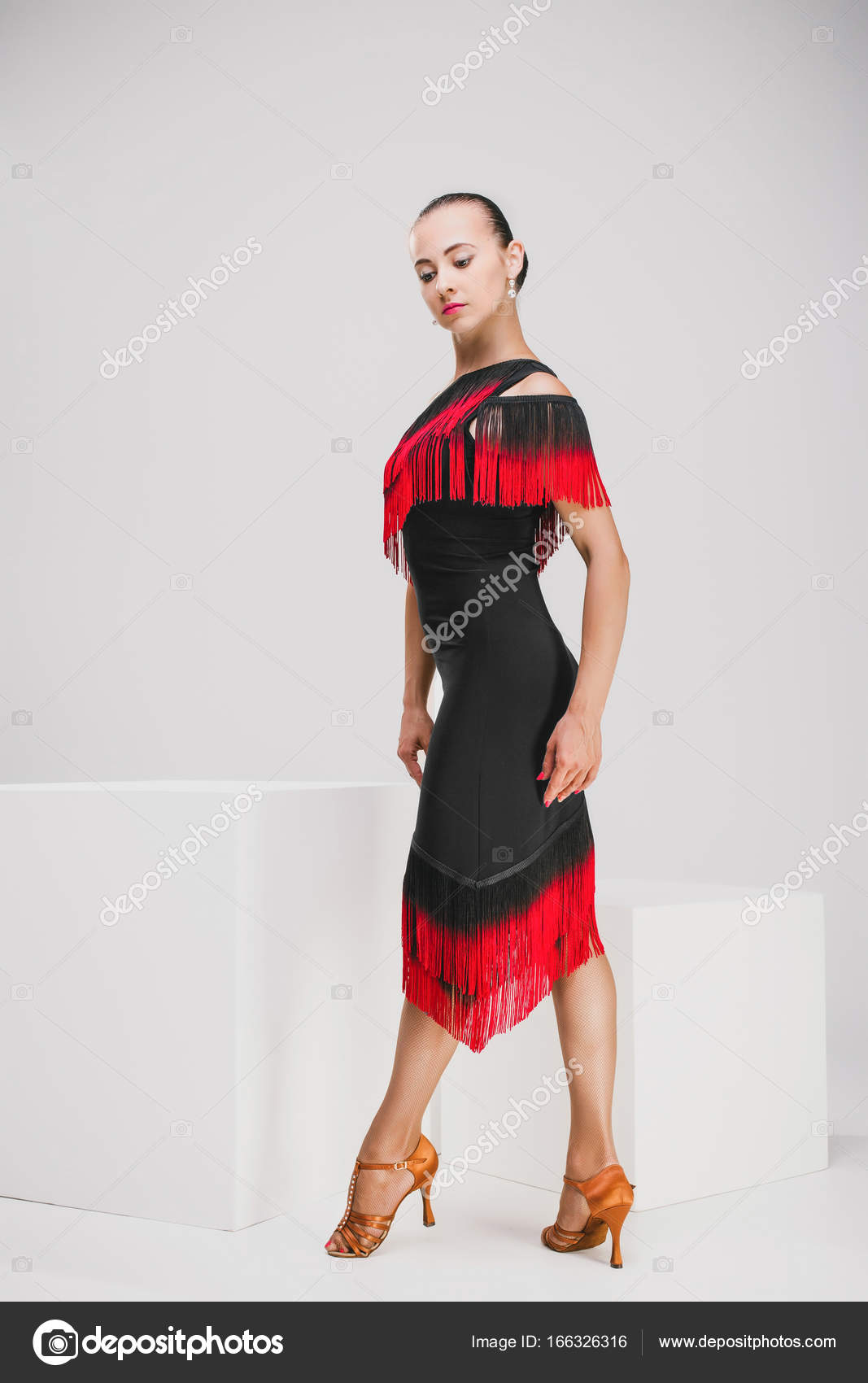 sneakers for cheap b72f2 2bd25 Donna graziosa in vestito rosso e nero, ruotando all ...