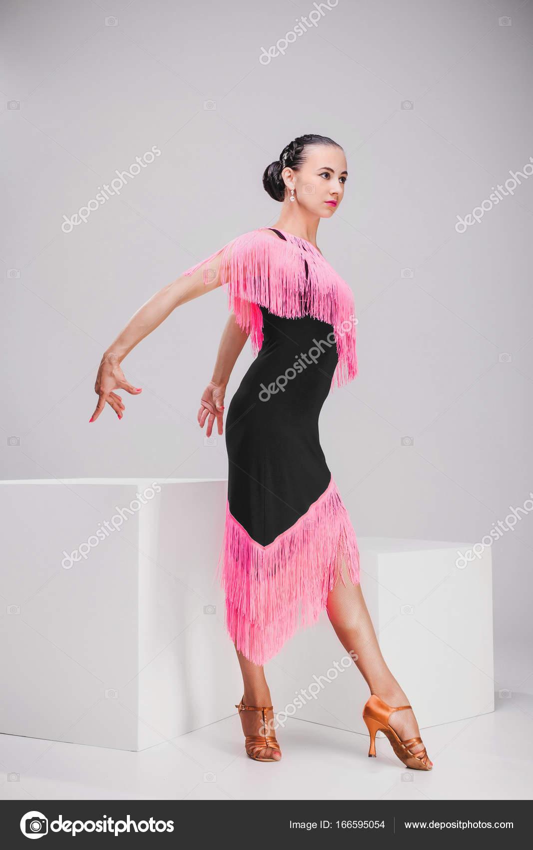separation shoes 562eb c927e Ragazza in posa in studio bianco del vestito rosa e nero ...