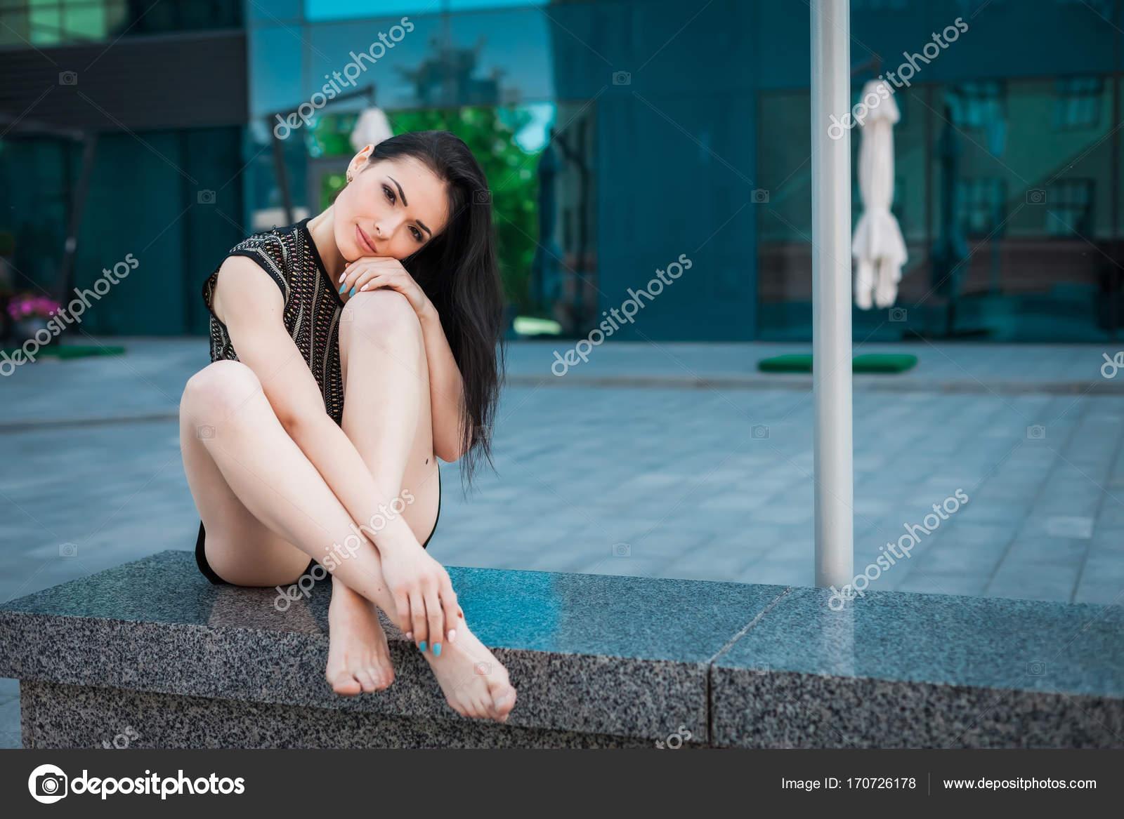Брюнетка в черной юбке на улице