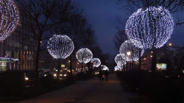 Alberi decorati con sfere luminose in serata. illuminazione