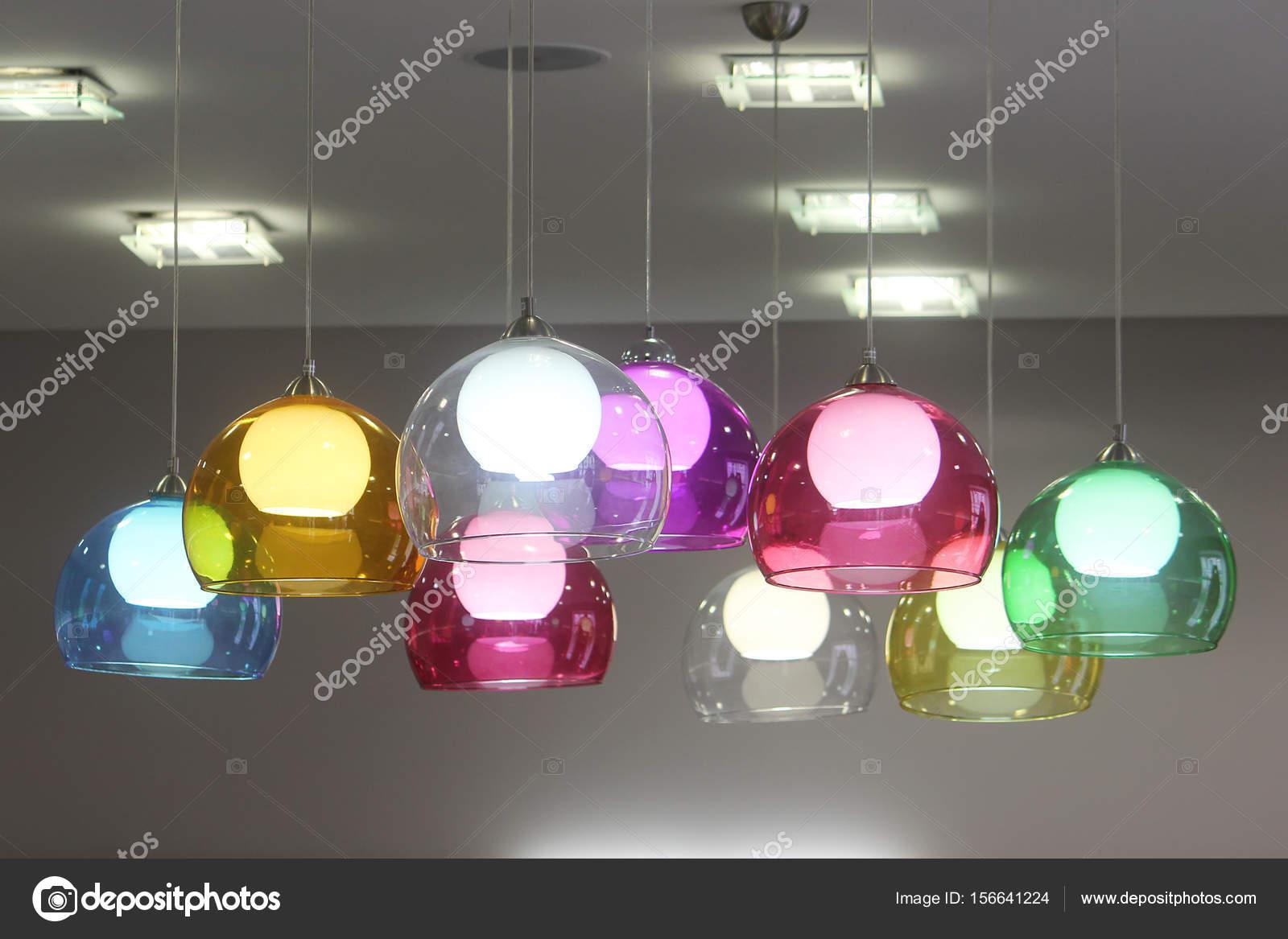 Lampade In Vetro Colorate : Lampade con paralumi in vetro colorato decorano la stanza vividi