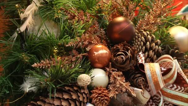 Silvestrovské a Vánoční pozadí. Míče a šišky na vánoční stromeček, blikání žárovky na věnec. Vánoční ozdoby, zimní výzdoba