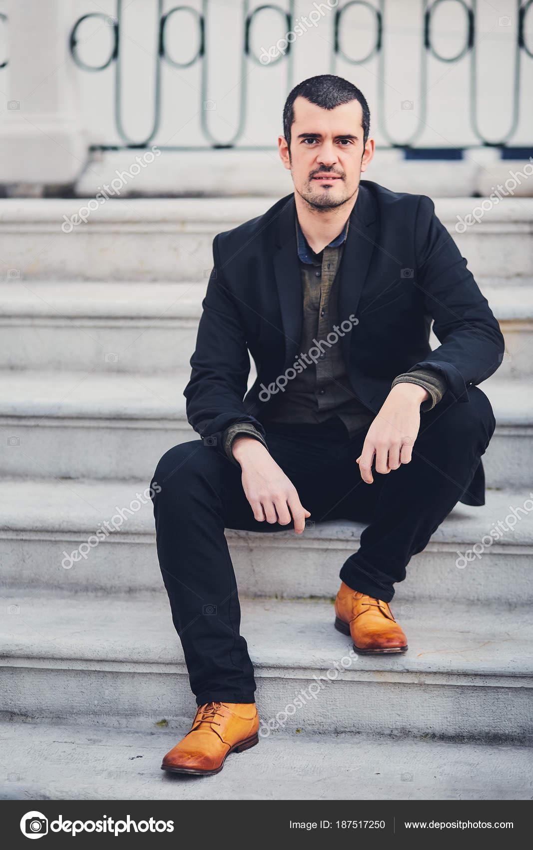 Un uomo alla moda in una giacca 421d3294ed9