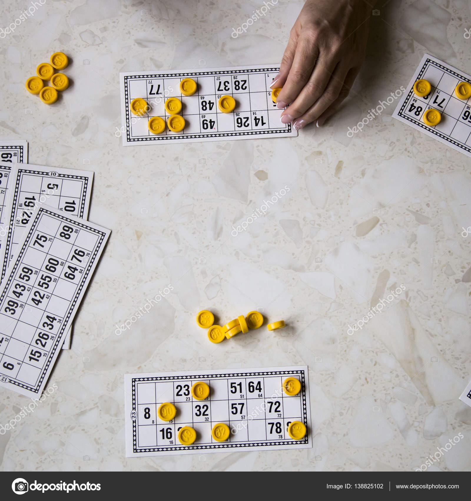 Jugar Al Bingo En La Casa De La Familia Fotos De Stock