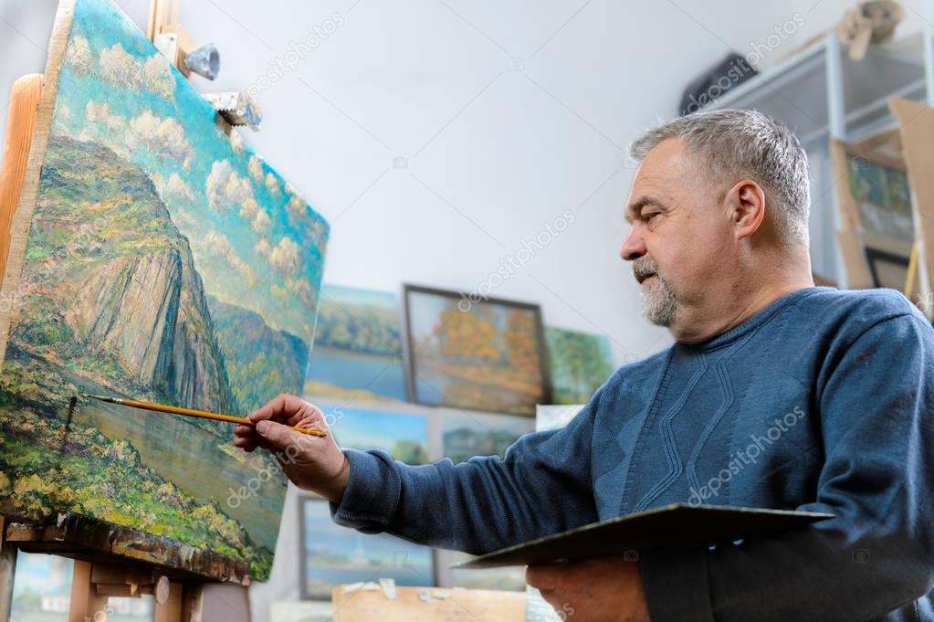 Видео пожилой художник оливье краской молодую модель