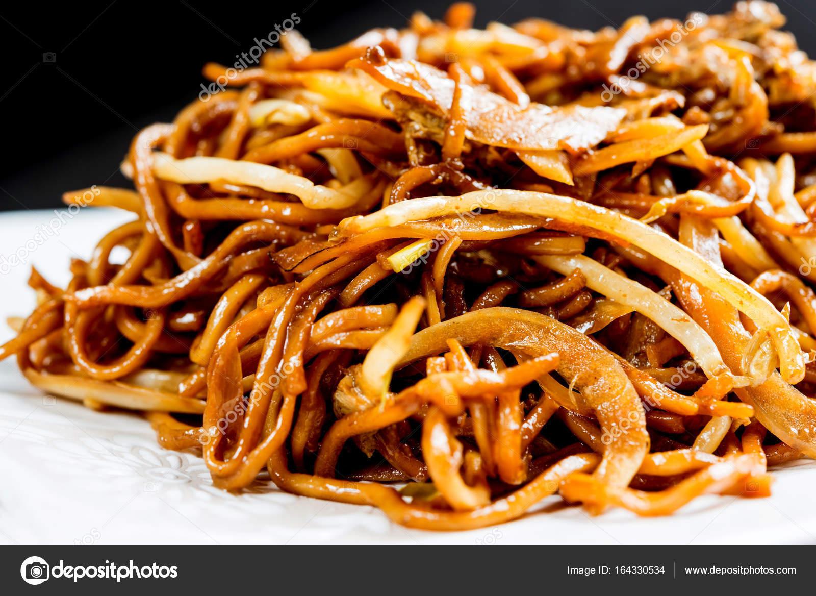 Kuchnia Azjatycka Makaron Na Stole Zdjecie Stockowe C Ilolab