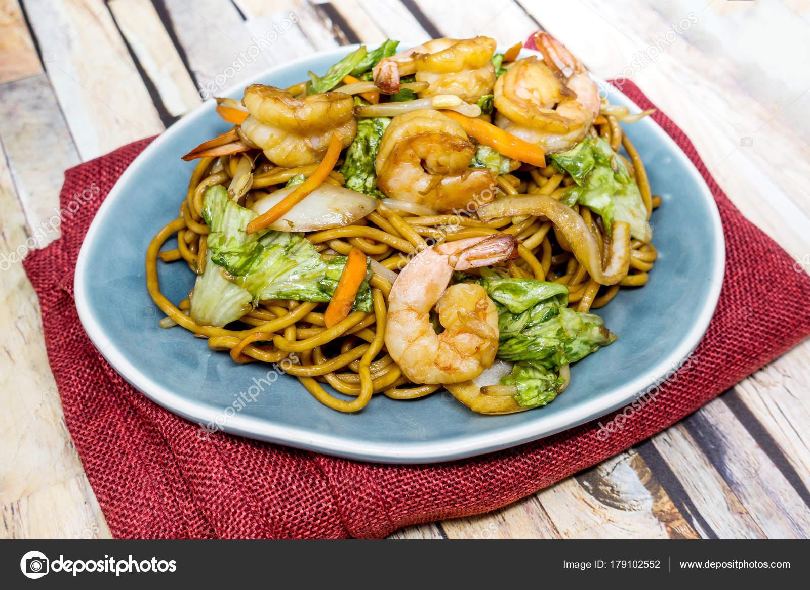Kuchnia Azjatycka Smazone Krewetki Makaron Na Stole Zdjecie