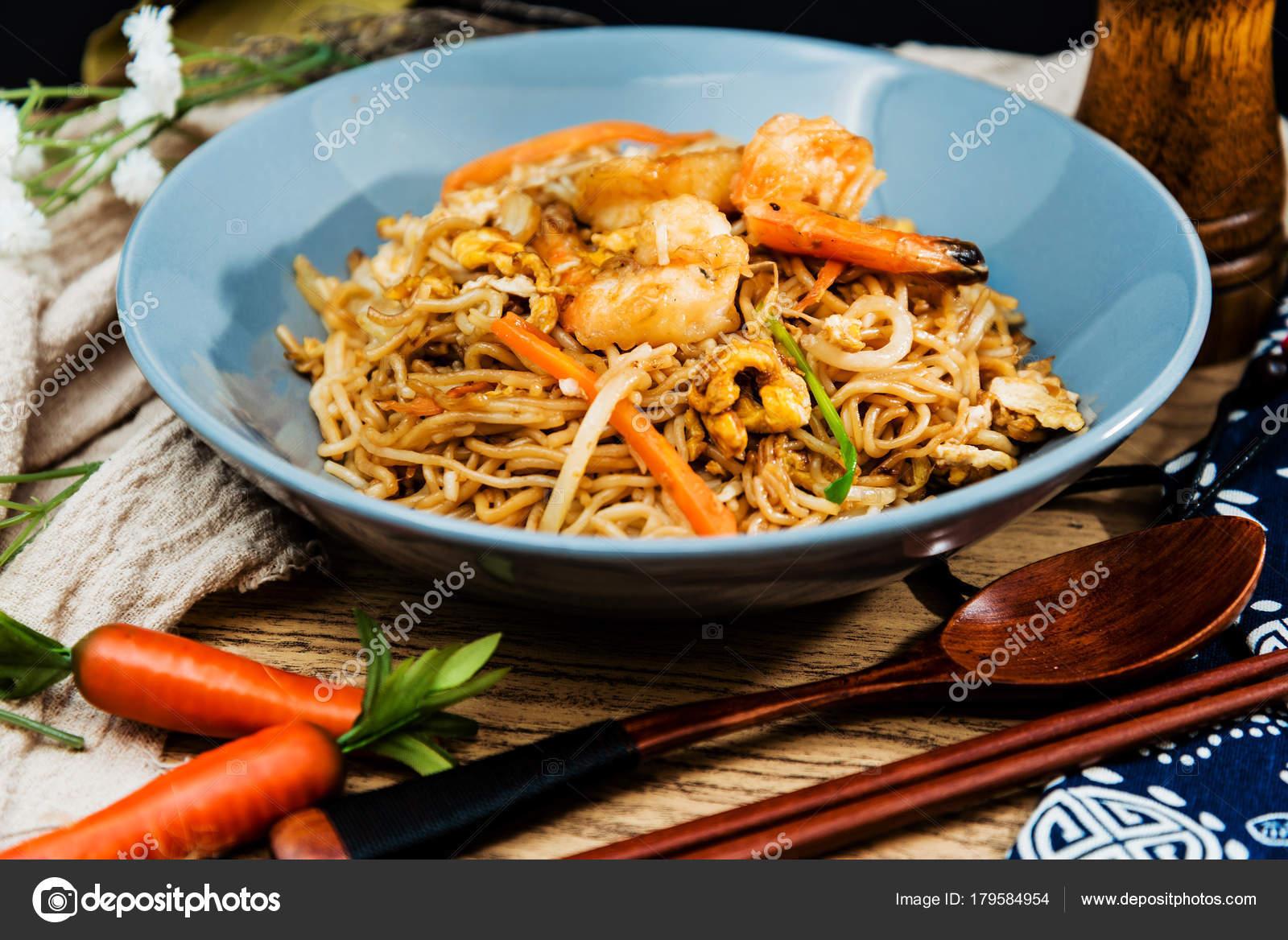 Kuchnia Azjatycka Smażony Makaron Na Stole Zdjęcie