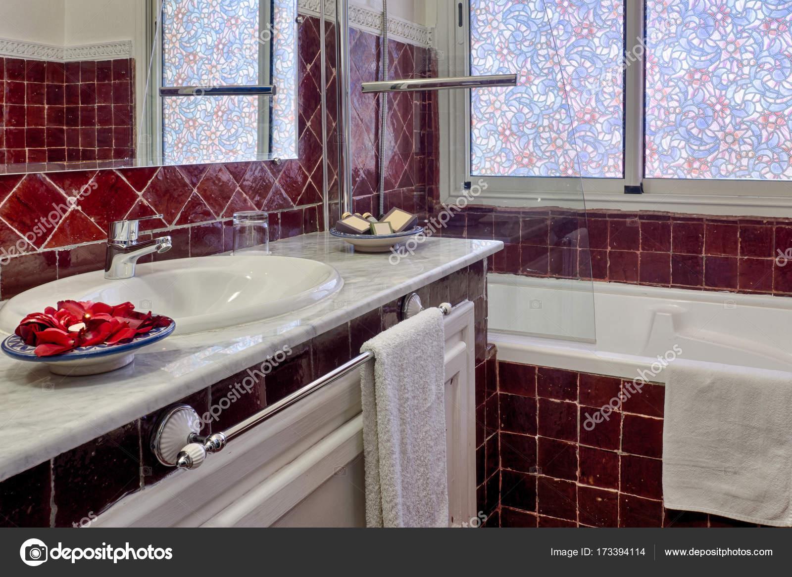 Salle de bain romantique de l\'hôtel de luxe — Photographie pierivb ...