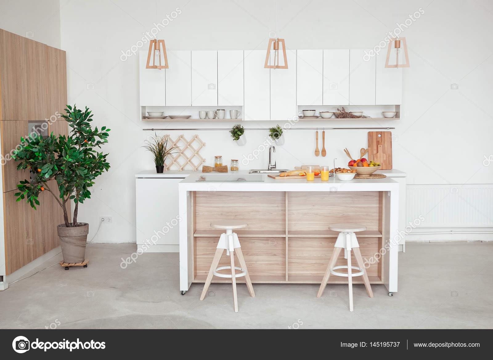 innere kleine weiße Küche mit frischem Obst, zwei Gläser Orangensaft ...