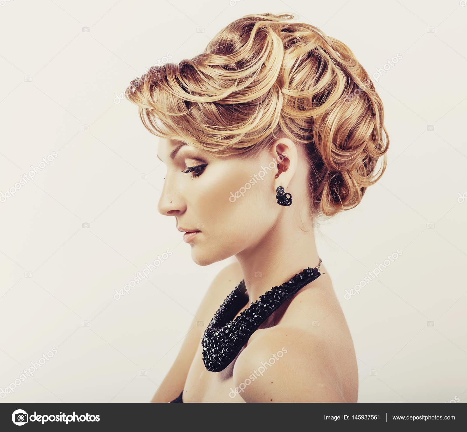 ad94208b19d5 bella donna con capelli biondi che indossa tubino nero