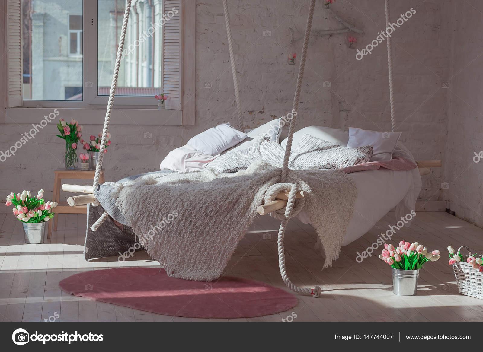 https://st3.depositphotos.com/10131542/14774/i/1600/depositphotos_147744007-stockafbeelding-witte-loft-interieur-in-klassieke.jpg