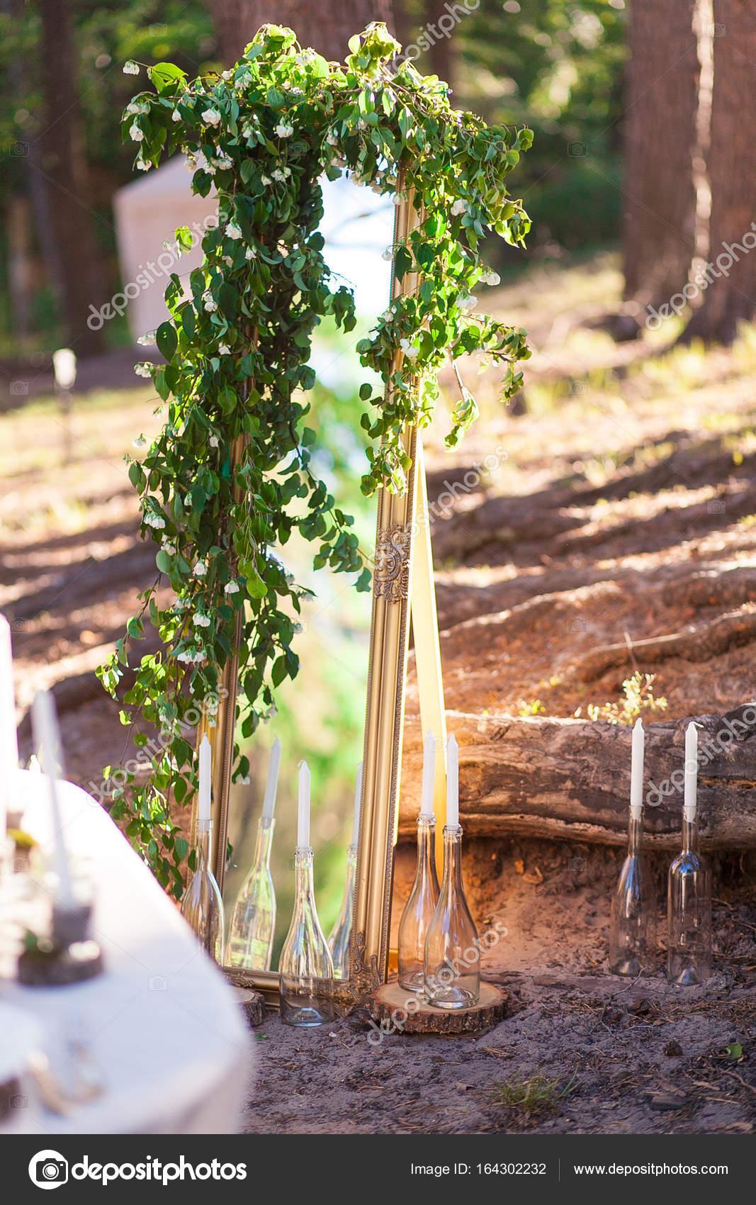 Hochzeit Dekoration Im Wald Spiegel Zweige Kerzen Stockfoto