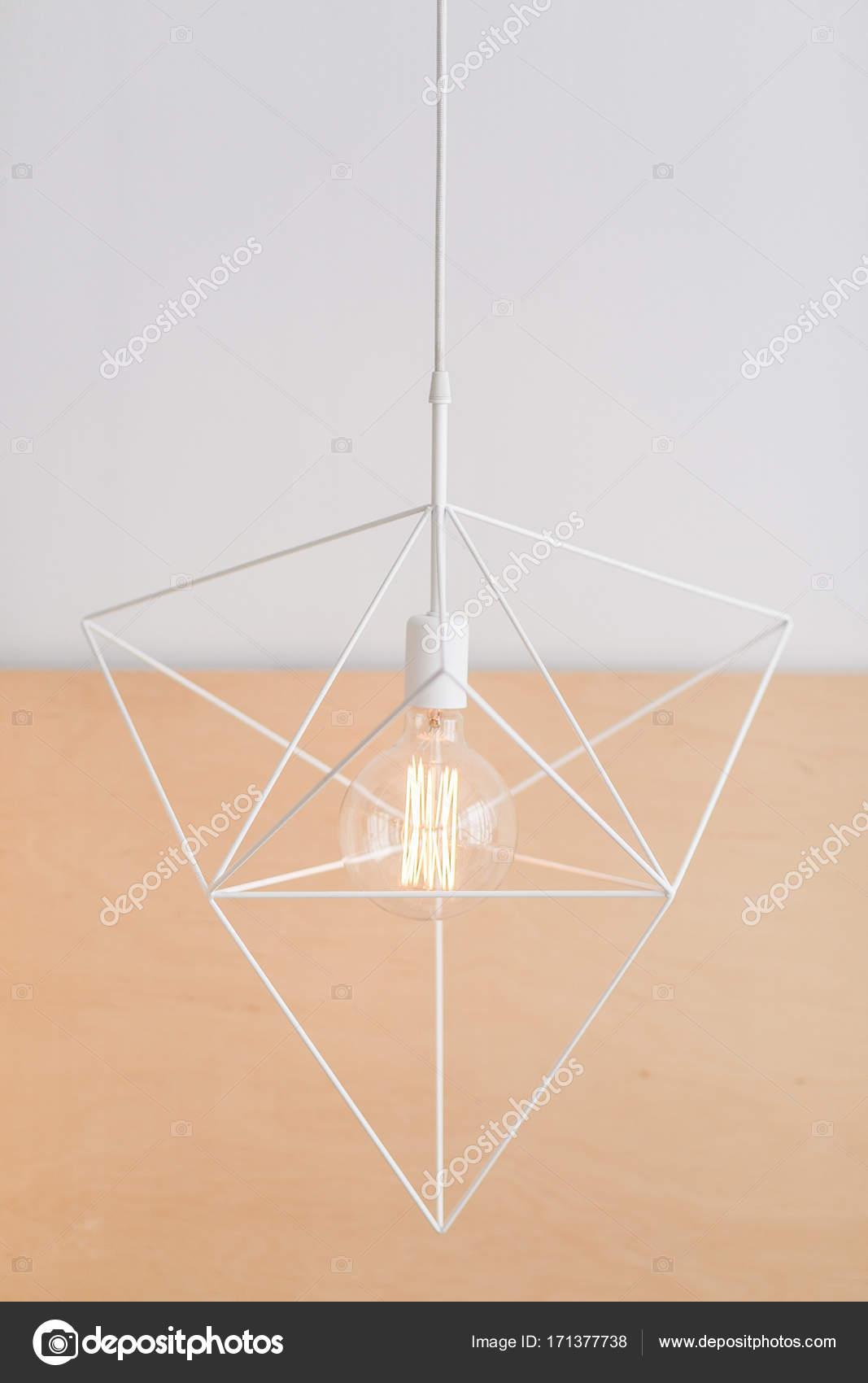 Geometrischen Sechseck-Kronleuchter-Loft-Stil in einem modernen Haus ...