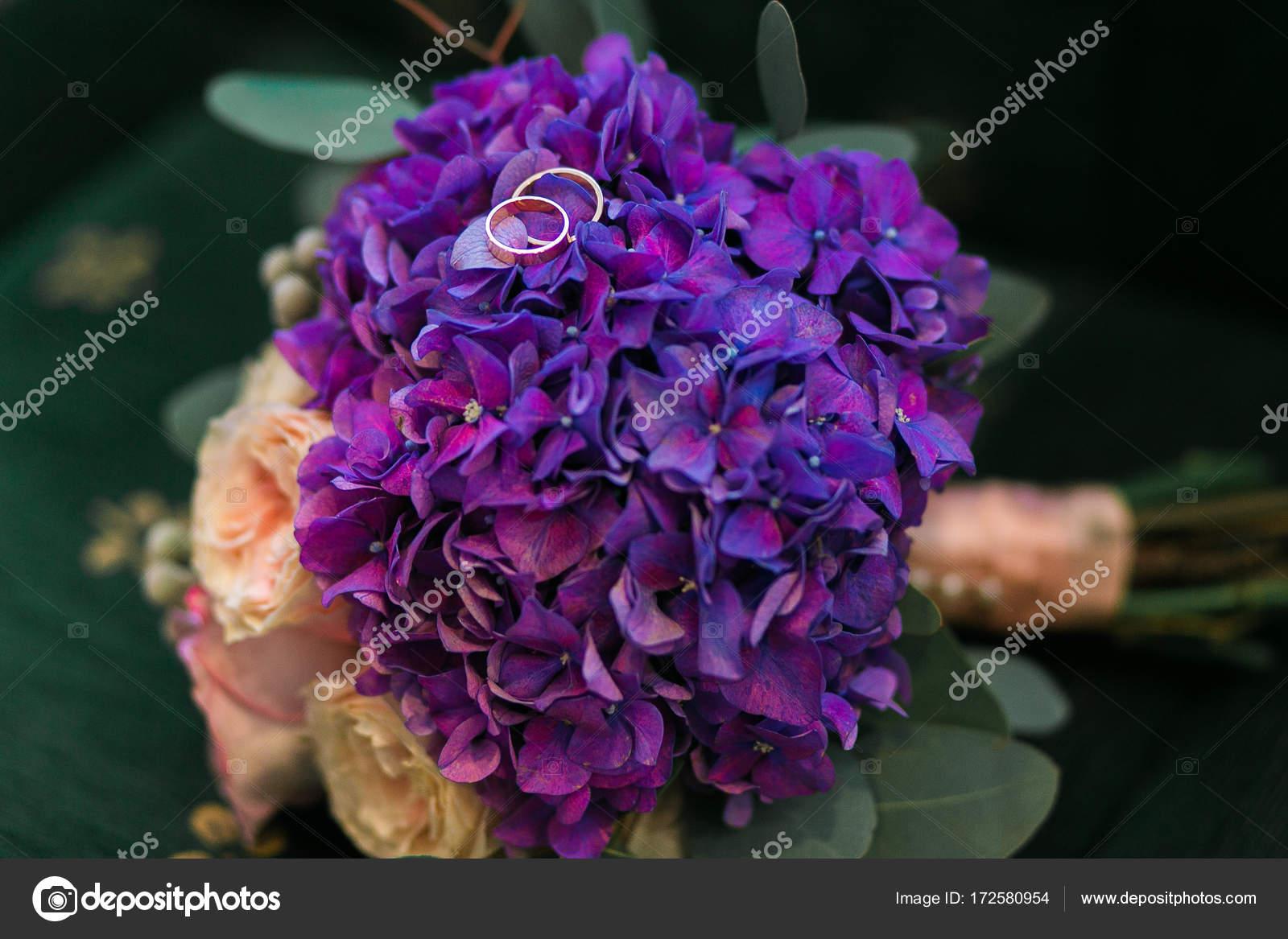 Goldene Hochzeit Ringe Auf Blumenstrauss Lila Hortensie Rosa Rosen