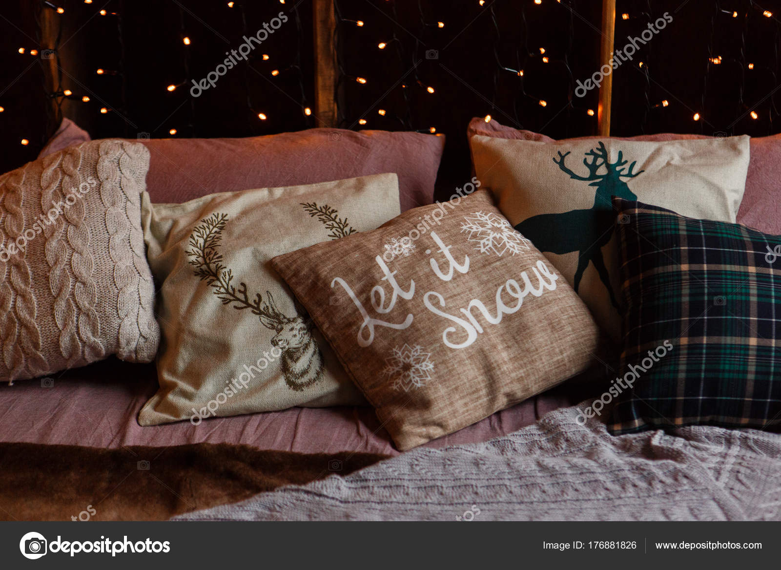 Kerst gezelligheid s avonds kussens op de bank met garland lichte