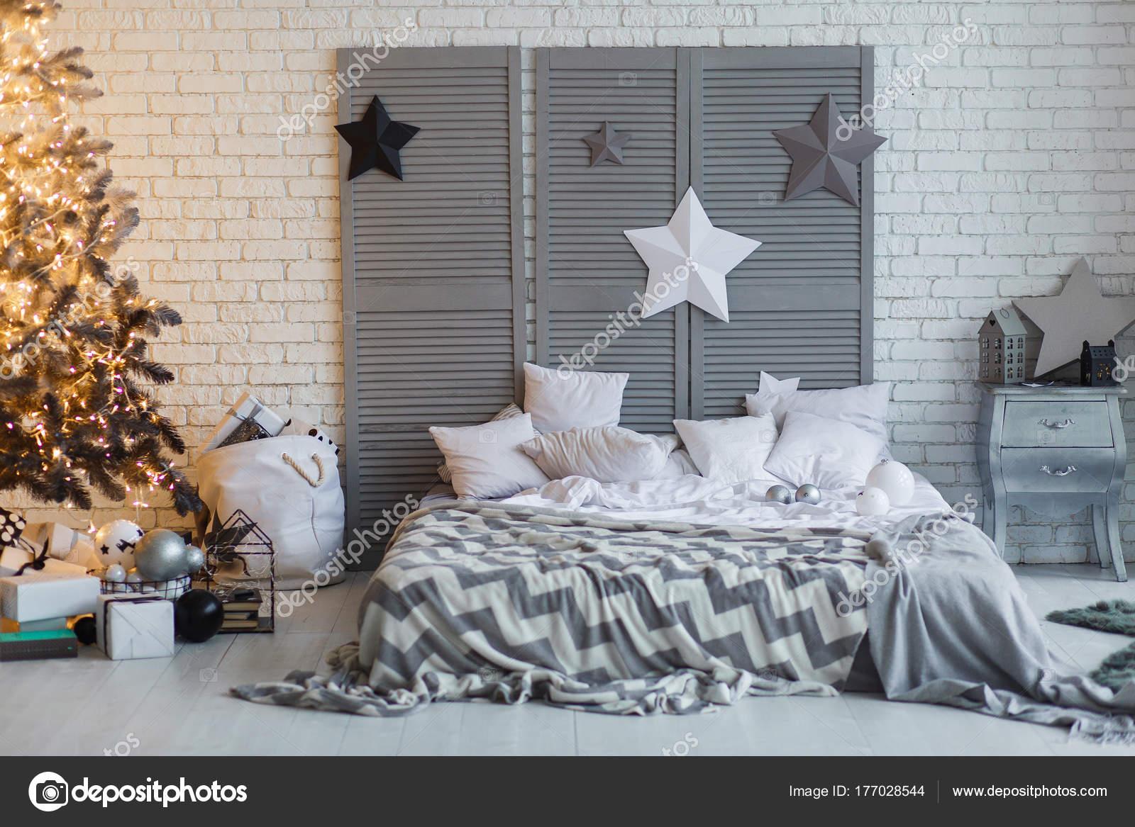 De slaapkamer ingericht voor kerstmis. gezellige grijze interieur