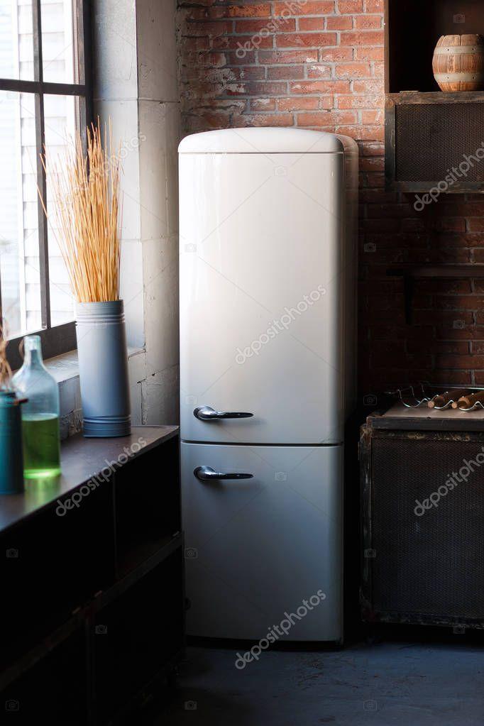 Interiore della cucina nei colori scuri martellate con frigorifero retr moderno bianco muro di - Colori muro cucina ...