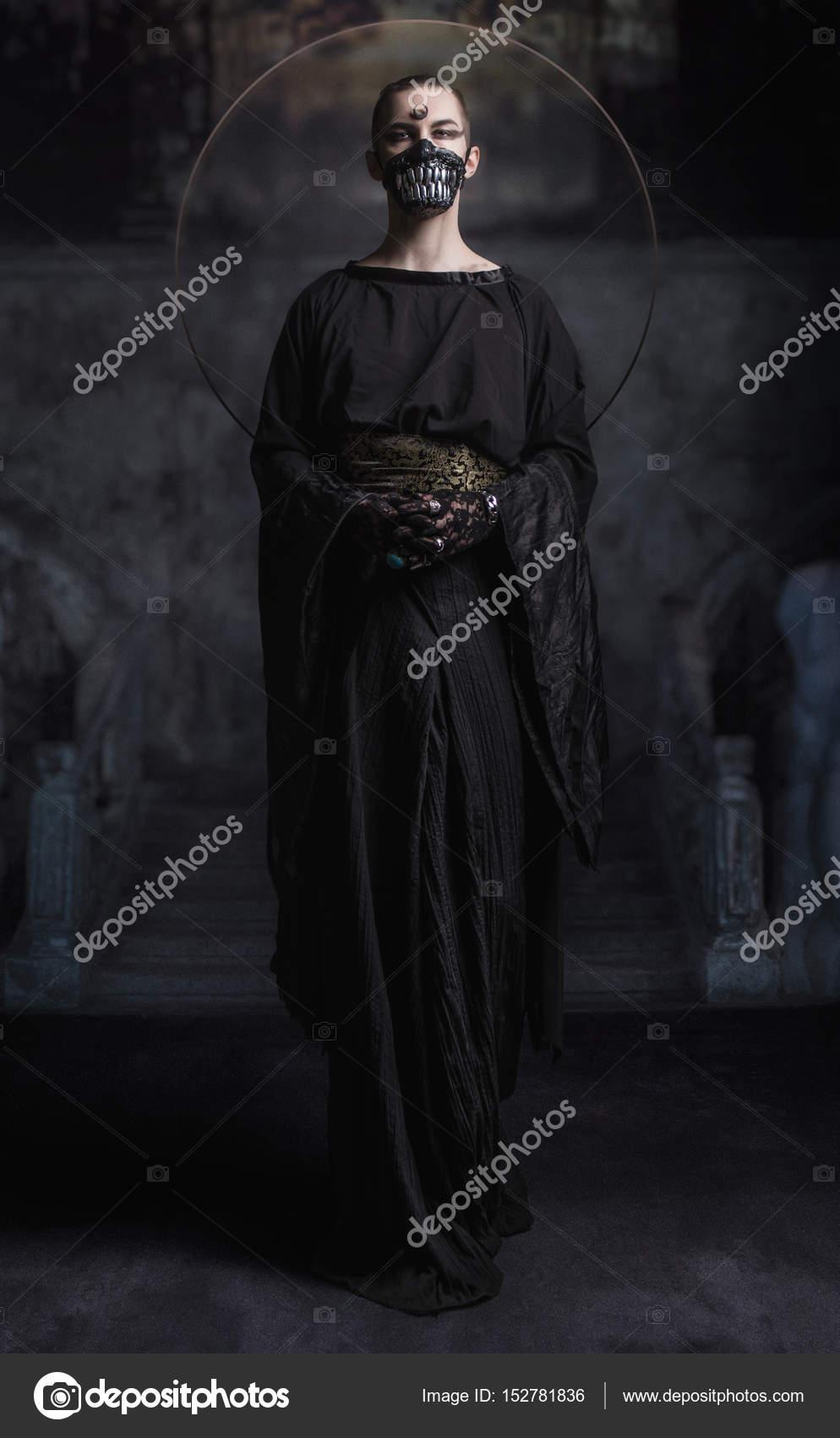 Человек в темной одежде — Стоковое фото © FlexDreams ...