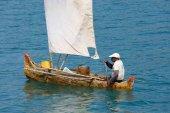 Madagaszkári ember-tengeren a hagyományos kézműves ünnepelt fából készült vitorlás hajó e