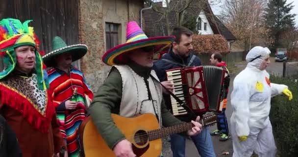 Lidé se účastní slovanského masopust karneval