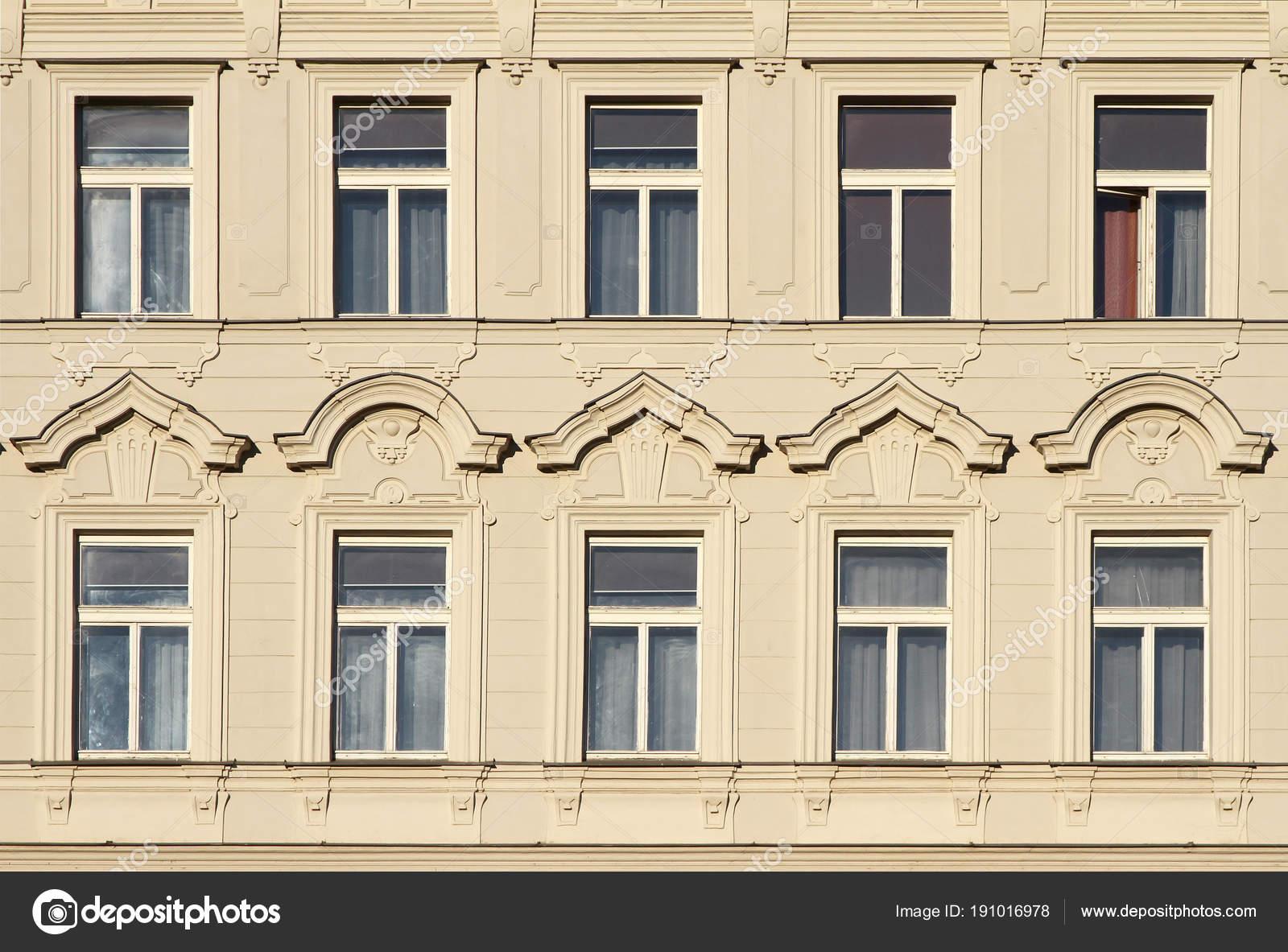 Architektonische Elemente Der Fassade Eines Alten Gebäudes Windows ...