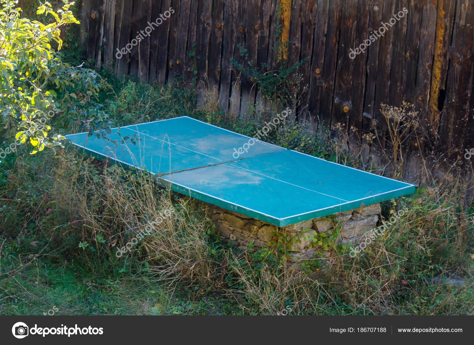8722f4196 Abandonados al aire libre tenis de mesa o ping pong mesa en piedra base sin  red perdido en jardín cubierto con malas hierbas — Foto de ...